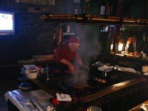 炉端焼の老舗で。このおばあちゃん、60年以上この仕事をしているとか。ベテランなわけです。