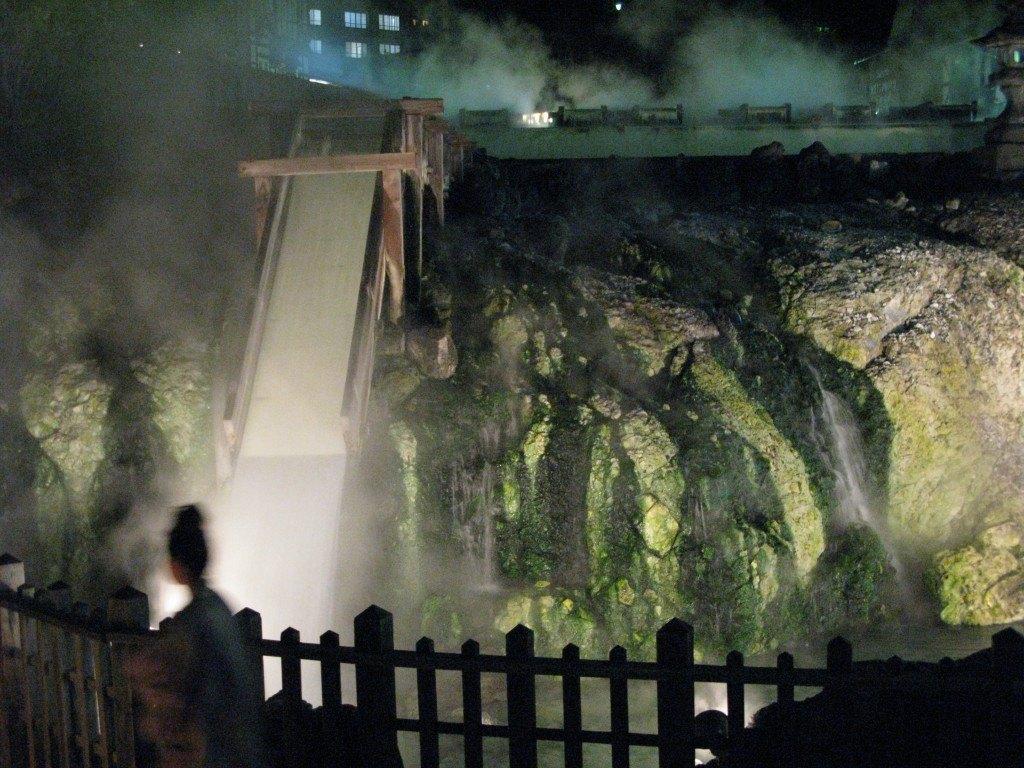 夜の湯畑。浴衣を着た人たちと温泉の湯気が何とも言えない風情を醸し出していました。