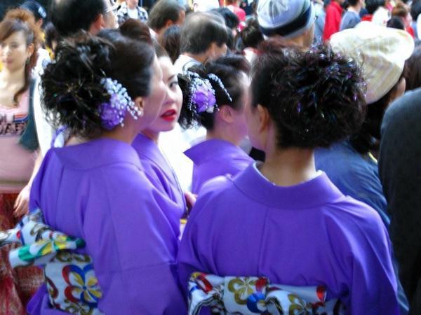 加賀百万石祭りの参加者達。グループごとの色とりどりの着物がとても美しかったです。