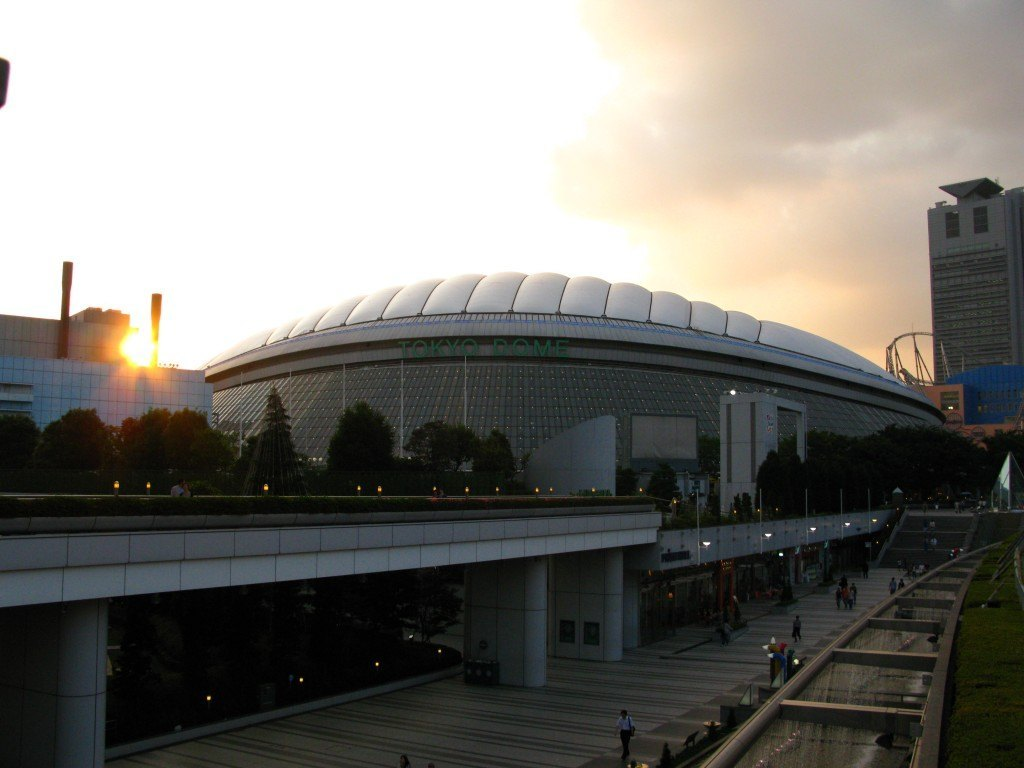昔仕事をしていた頃のオフィスに近い東京ドーム。夕焼け空を背景に。懐かしさでいっぱいになりました。