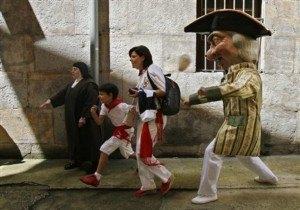 Cabezudoという頭でっかちの人形が追いかけてきます!