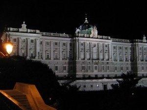 コンサートを後にして。ひっそりと静まり返った中で王宮が荘厳な感じを与えていました。