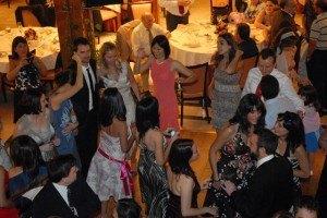 ダンスフロアで踊る皆の様子