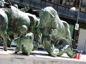 パンプローナにあるサン・フェルミン祭の銅像