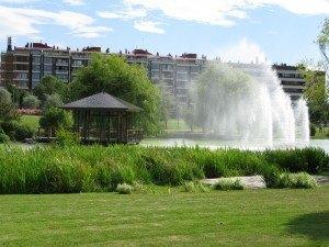 山口公園。噴水の水しぶきでビショビショでしたが、東屋が風情がありました。