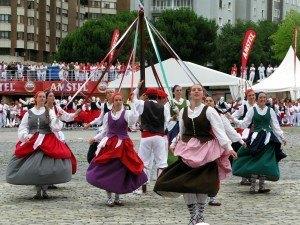 バスク地方の民族舞踊。色とりどりの服を着た女性がステップを踏んでいて、スペインというよりはスイスやフランスに似ていると感じました。