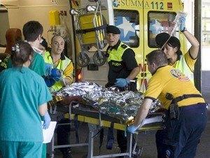 事故後の対応にあたる救急隊員
