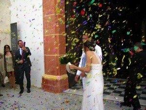 結婚式の後に教会の入口で