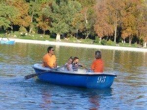 Retiro公園でボートを漕ぐ子供達