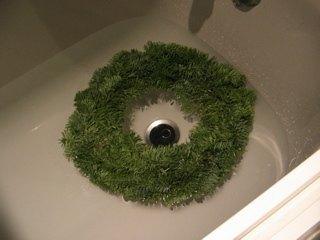 お風呂に水を張ってリースをつけました