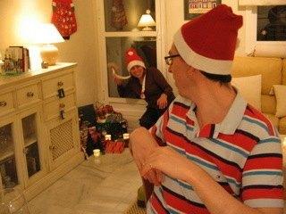 義母が「こんな所にプレゼントが!」と言ってはしゃいでいる所。息子二人は「また始まった・・・」と少々呆れ顔(笑)