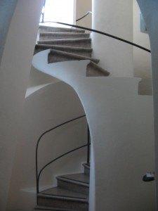 洗濯部屋近くの階段。形が斬新であるだけでなく、通気性も考えられていたそうです。
