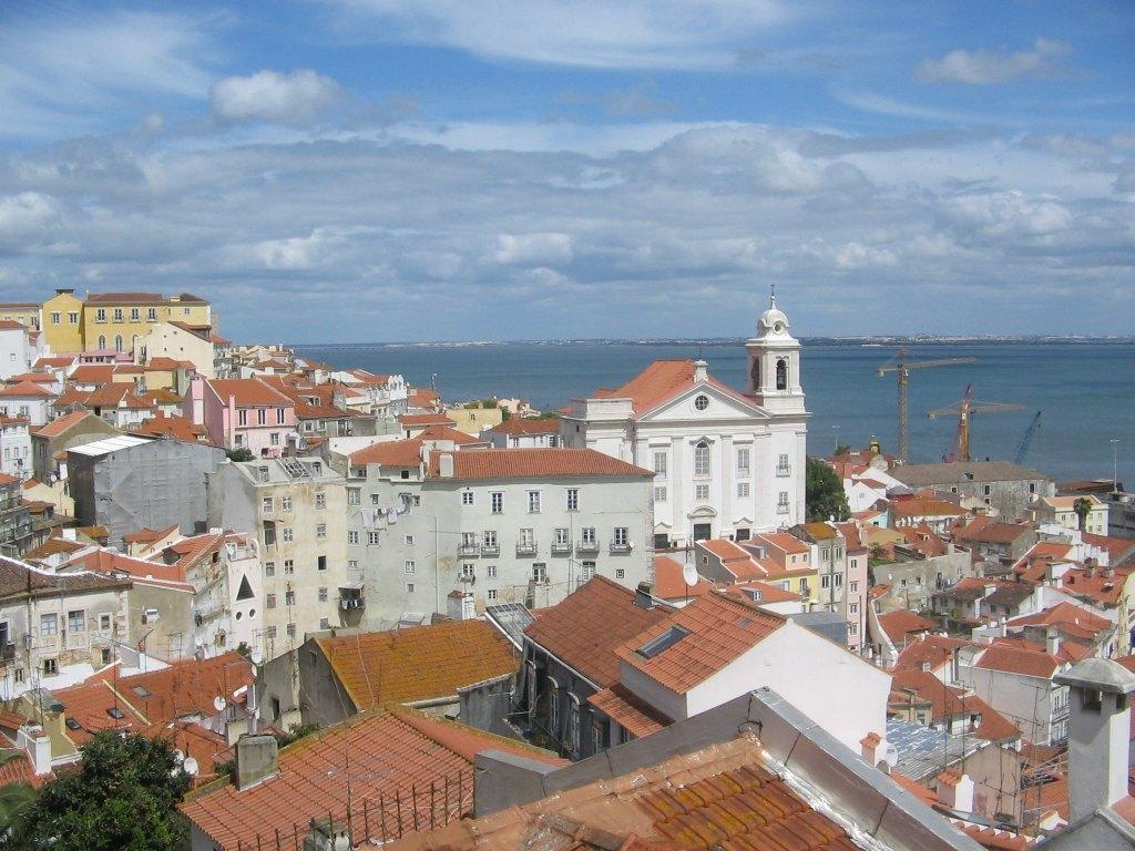 悠々と流れるテージョ川の流れとリスボンの街並み。