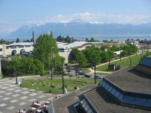キャンパスの建物から見える山々。