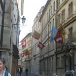 スイス国旗が翻る街並み。