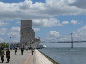 「発見のパトロン達」の像の向こうに見えるのが4月25日橋。広々とした空間と青空が心地よいです。