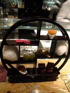 二人分のデザートが一つの台に乗って登場。カプチーノ味の綿飴、オリーブオイルで作ったゼリー等どれも美味しかったです。
