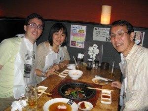 焼肉屋さんでエプロンをしながら。こういう趣向も日本ならでは。父の顔が和やかで嬉しいです。