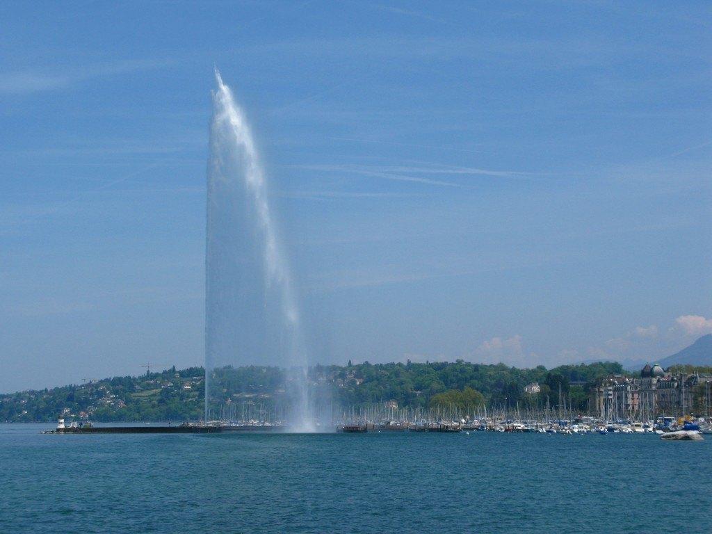 レマン湖の噴水。近くの建物と比較するとこの高さは圧巻です。
