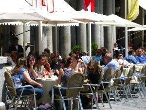 セゴビアの大聖堂近くの広場でくつろぐ人たち。時間の流れのゆるやかさを感じました。