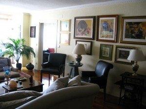 家のインテリアもちょっと参考になります。ヨーロッパはお客さんを家に招くことが多いので、リビングに椅子やソファがたくさんある気がします。