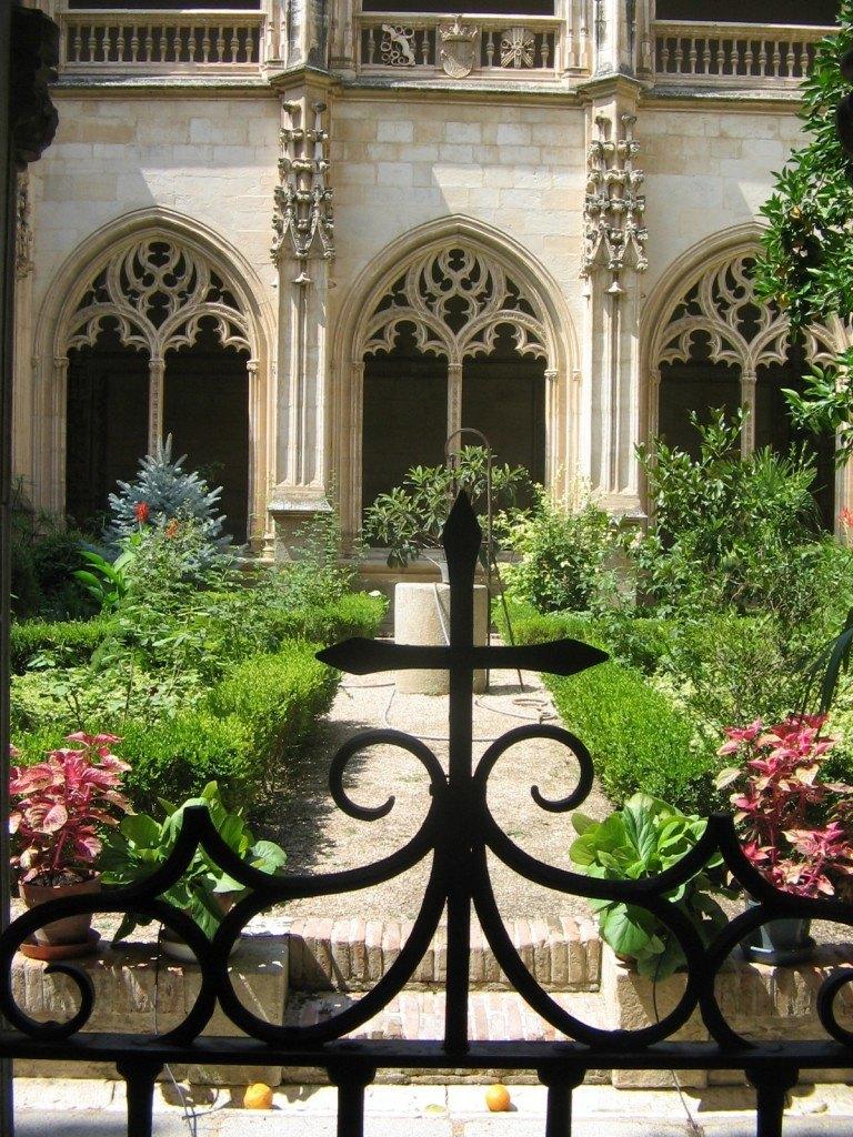 トレドのある修道院にある中庭。中央に見えるのは井戸です。