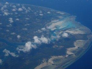 機内から見たタンザニア。海の青が印象的です。