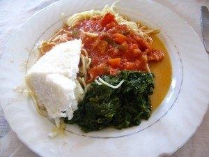 白いのがウガリ。トマトパスタと野菜を煮たものを添えて。味がないウガリだけを食べるのはちょっとしんどいです。