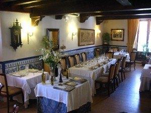 レストランの上品な内装。青のタイルが涼しげです。