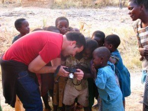 デジカメの写真を嬉しそうに見る子供達。