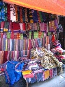 市場ではどこでも色とりどりのスカーフが売られています。
