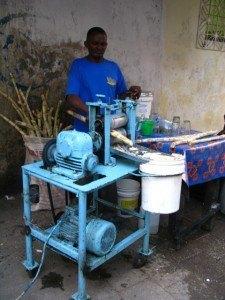 さとうきびジュースを作る機械!衛生的か心配でしたが、とても美味しくて飲んでも何ともありませんでした。