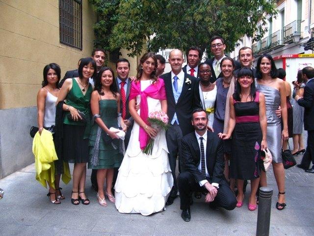 新郎新婦と教会の脇で記念撮影。友人のドレスもそれぞれ個性があって素敵でした。