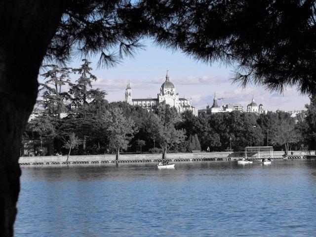 MadridのCasa de Campoという公園から見えるアルムデナ大聖堂。秋の気配が漂っています。