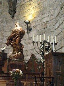 ユダヤ教独特のロウソク台。聖母マリアもどことなくエキゾチックに、そしてさらに美しく見える気がします。