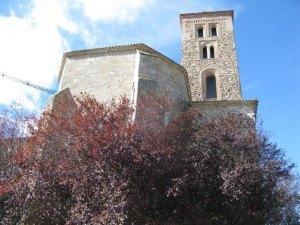 教会外観。秋の空と木々の色との調和が美しいです。