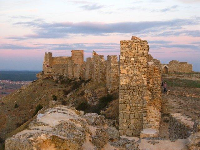 夕暮れの中のゴルマス城。