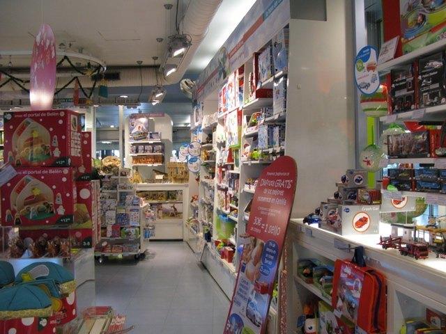 お店の中。明るい色使いで、私も見ていてワクワクするような物が沢山ありました。