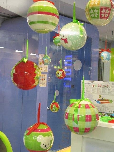 Imaginariumというおもちゃ屋さんのディスプレイ。すっかりクリスマスです。