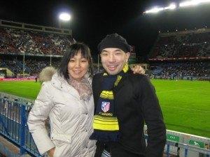 Atléticoのマフラーを買って防寒対策をしたTと。それでも寒かったー!