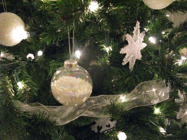クリスマスの飾り付け。今年のテーマは白と銀です。