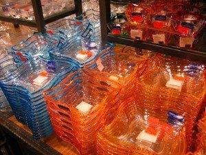 ガラスのお皿やキャンドルスタンド。流線型がエレガントで斬新です。
