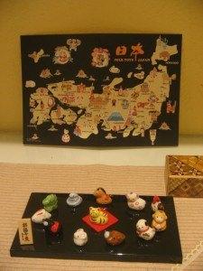 我が家のささやかなお正月飾り。背景の日本地図は父からのカードです。