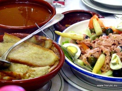最初はサラダとカスティーヤ風スープ(Sopa Castellana)。パンが入ったニンニクとパプリカのスープです。