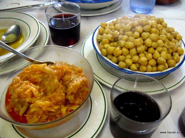 キャベツのピクルス&オリーブオイルあえと、コシードのひよこ豆。お豆、お肉、スープが分けてサーブされます。