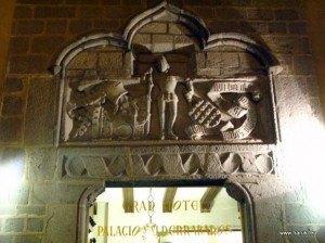 ホテル入口の壁画。こういった壁画がアビラでは至る所にありました。