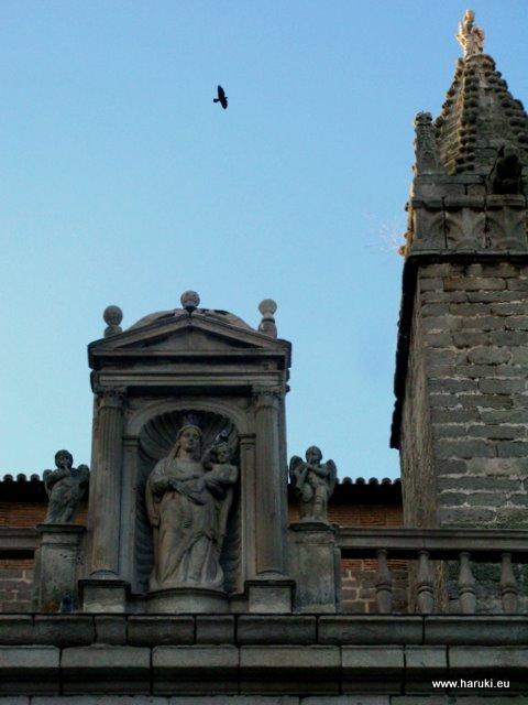 早朝の空と大聖堂。