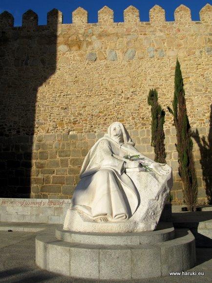 アルカサル門の近くにある聖女テレサの像。