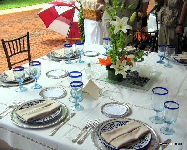 メキシコでの友人の結婚披露宴。メキシコは銀の産地の上、陶器や手作りガラスもメキシコ製で、上品ながら土地の味が出ていました。