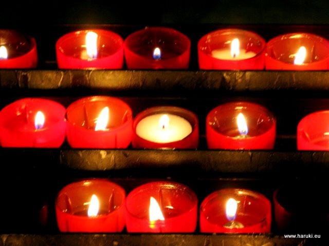 教会のロウソクの灯り。何とも言えない温かみがあります。